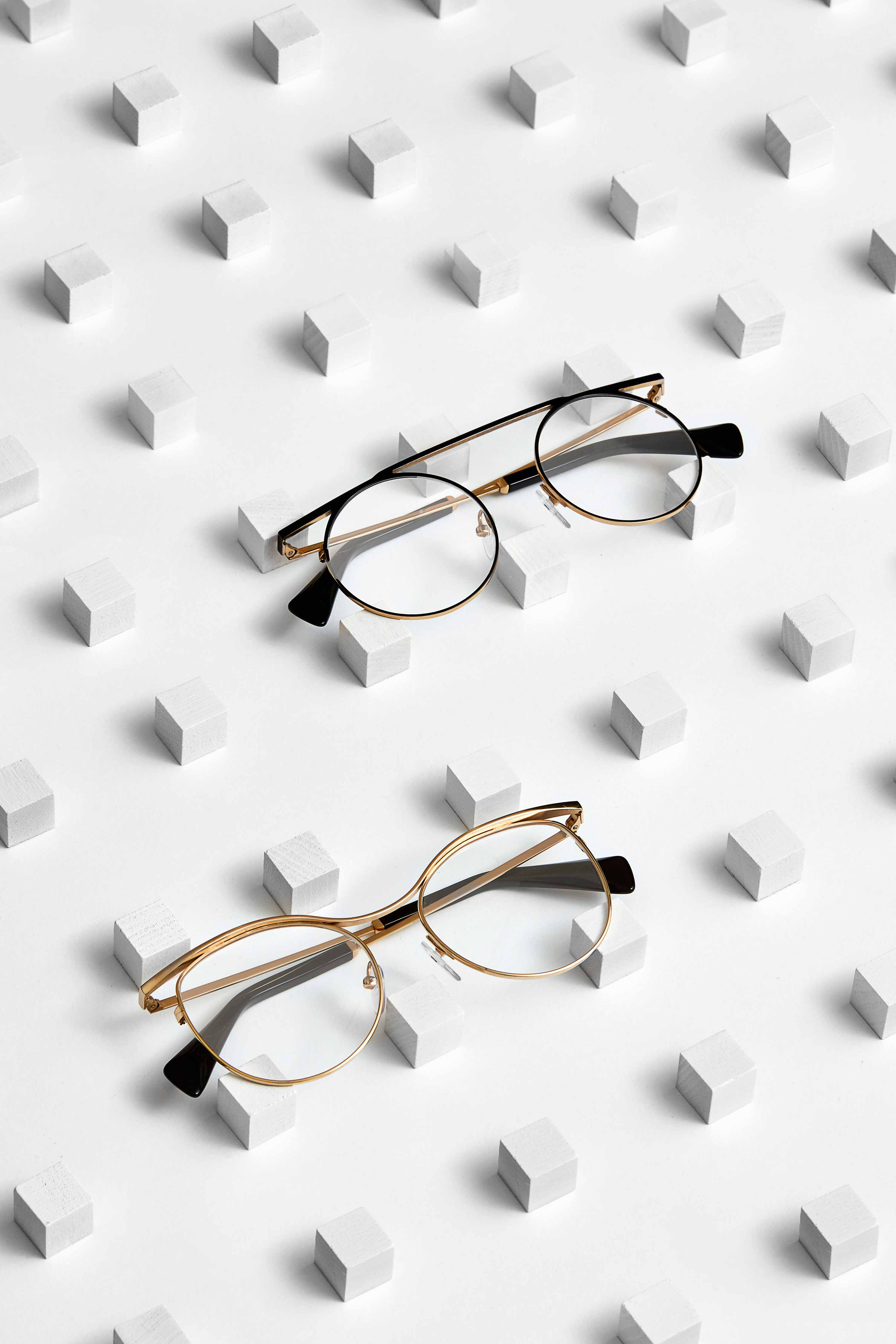 """YY1032  """"Dieses Modell verbindet Kurven mit perfekt geraden Linien. Kontraste aus runden Augenformen und flachen Augenbrauenpartien sind typisch für YOHJI YAMAMOTOS Stil. Eine feine Schicht laminiertes Azetat verläuft bis in die Gläser und die untere Brücke weist einen Einschnitt auf. Der Höhepunkt von Yohjis Avantgarde-Stil.""""  YY3014 """"Das Titanmodell »YY3014« verkörpert Minimalismus in reinster Form. Es verströmt Weiblichkeit. Die delikate Kurvenform um die Nasenbrücke sowie die geradlinige Augenbrauen schaffen Sinnlichkeit und Mysterium. Ein Beispiel dafür, dass die visuelle Ästhetik von YOHJI YAMAMOTO oft am lautesten spricht, wenn sie nichts sagt."""""""