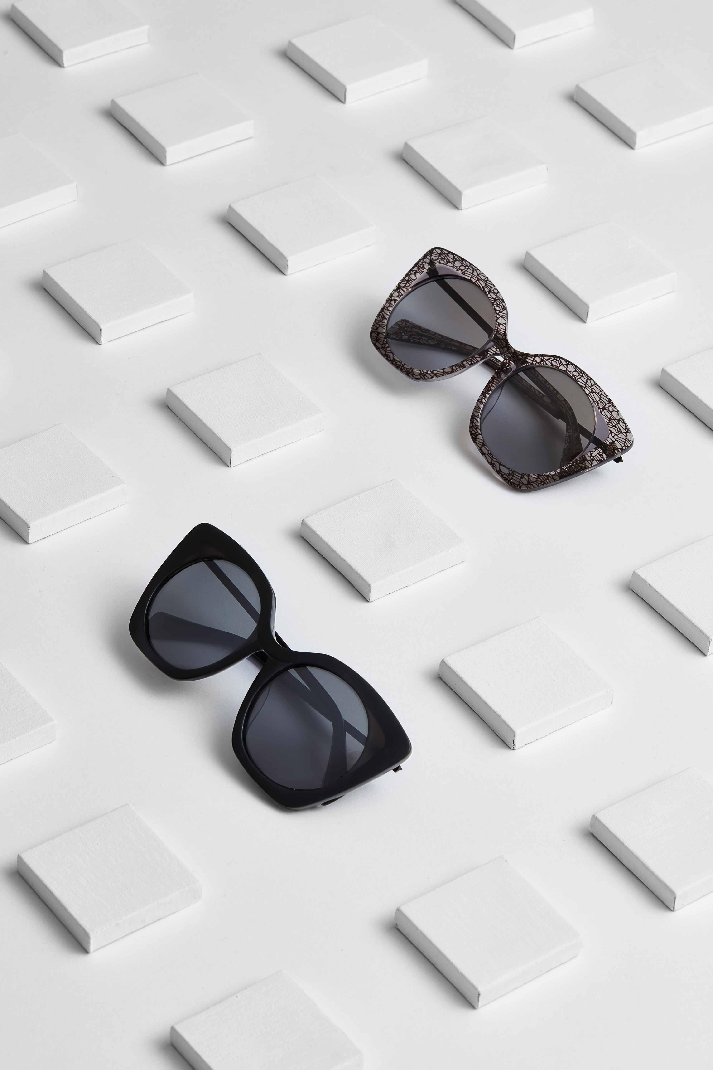"""YY5019 """"Die »YY5019« ist ein Loblied auf flüssige Formen. Ähnlich wie die fließenden Konturen eines eleganten Kimonos, schneiden wir einzelne Lagen aus der Oberfläche heraus, um eine strukturierte, stoffähnliche Oberfläche zu erzeugen. Jede einzelne Faser besteht aus starken, mysteriösen Grundfarben wie mattem Schwarz, Braun und Marineblau, ergänzt durch matte Verglasung."""""""